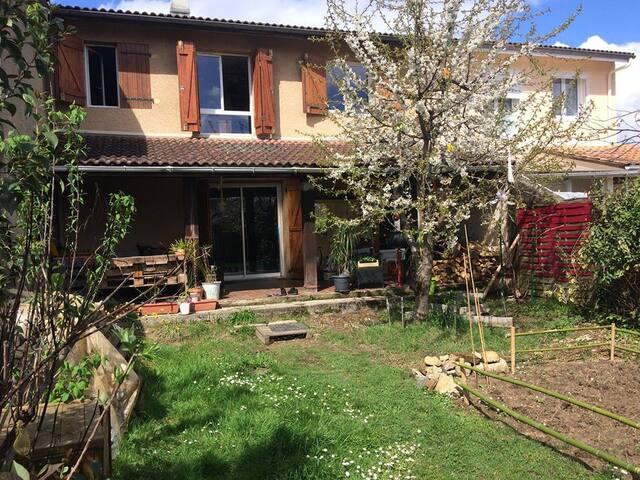 Chambre privée/ maison avec jardin