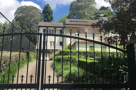 Leafy Escape - North Shore Sydney - Tennis & Pool - Wahroonga - Rumah