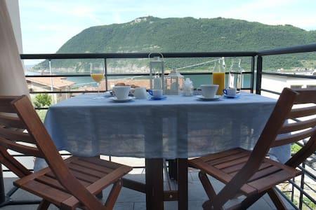 Camera doppia con vista sul lago d'Iseo - Sale Marasino - บ้าน