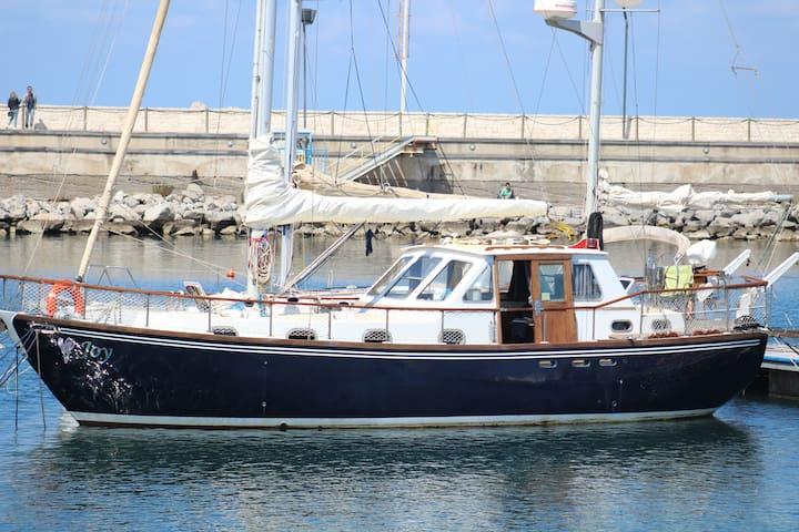 """JOY"", enjoy life aboard a traditional boat"