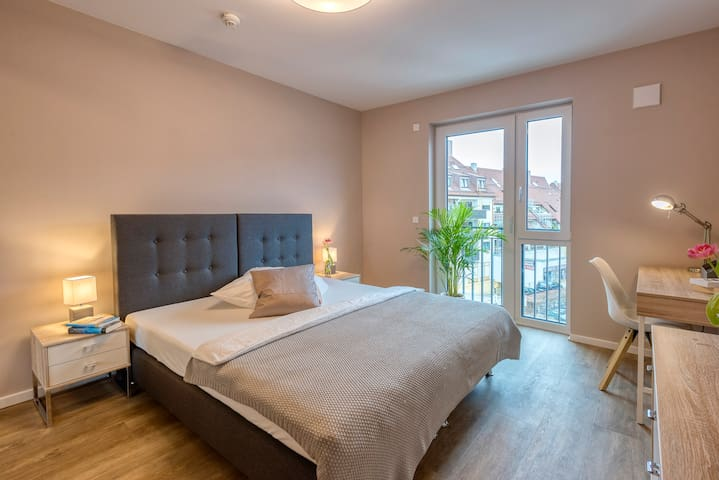 Schlafzimmer mit teilbaren Bett