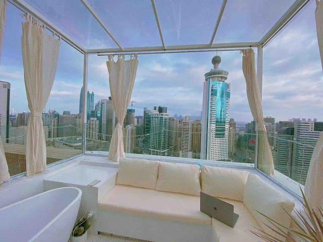 LAZY 系列之【天际】60m²顶楼带超大露台 繁华之上俯望尘嚣,投影巨幕,新晋网红打卡基地