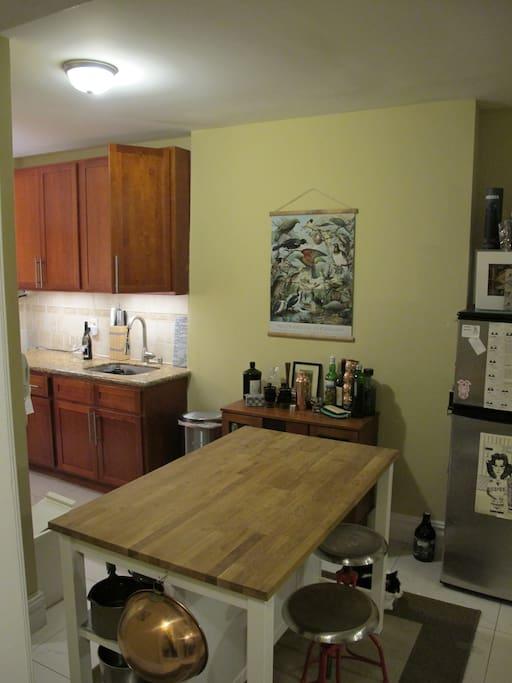 Kitchen island & pots n pans