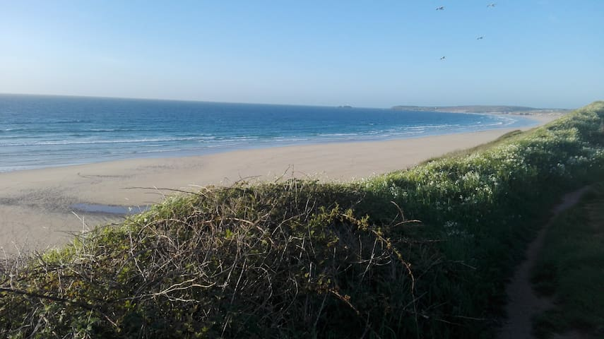 Sleeps up to 6. Parking. Close to beach & St Ives