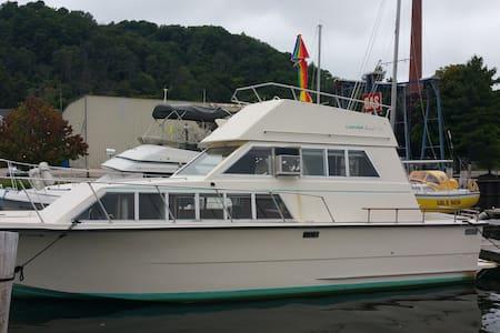33ft Carver Motor Yacht/Betsie Bay