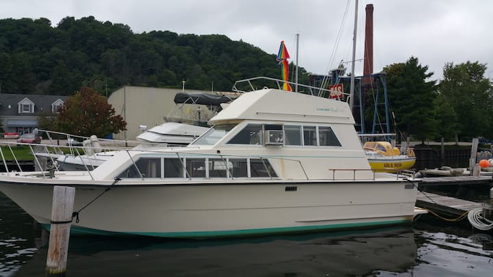 33ft Carver Motor Yacht/Betsie Bay