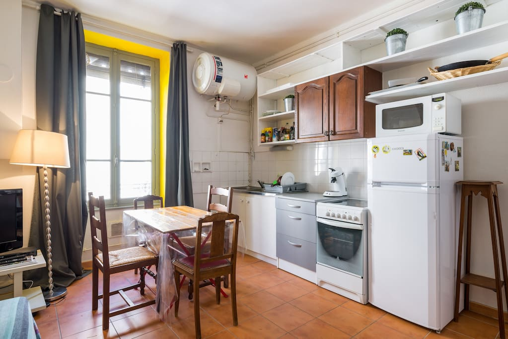 Cuisine salle à manger spacieuse avec un canapè clic clac qui vous permet d'en faire une chambre la nuit