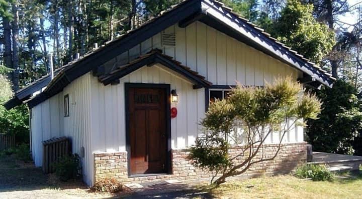 Cozy, romantic, vintage coast cabin