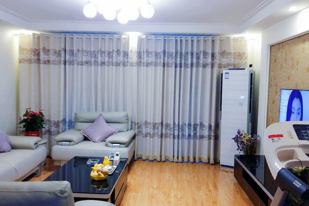 宽敞明亮的大客厅