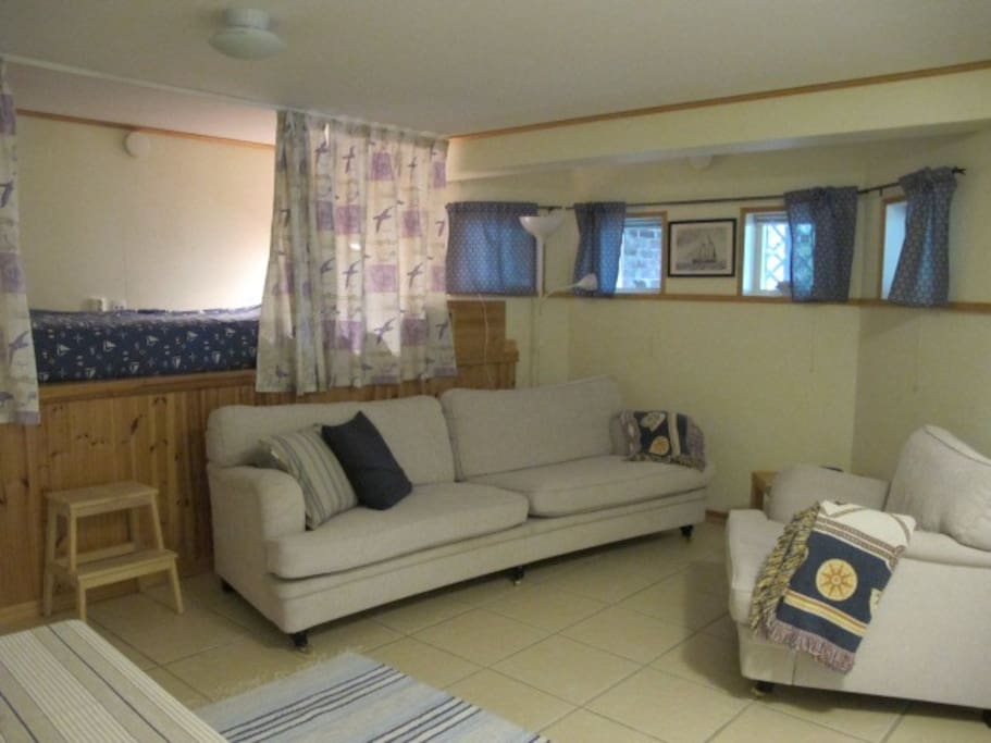 Kombinerat vardagsrum med köksdel och sovalkov. 90 cm bred säng.