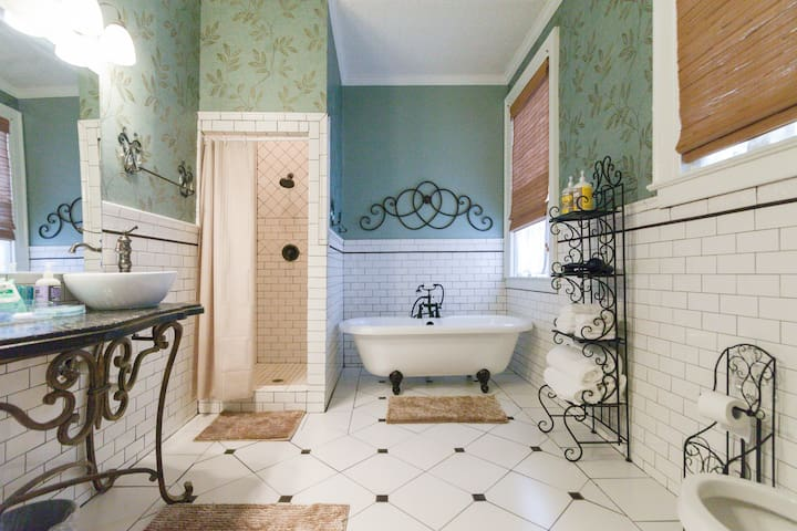 Historic Renovation: 5 Minutes to Downtown