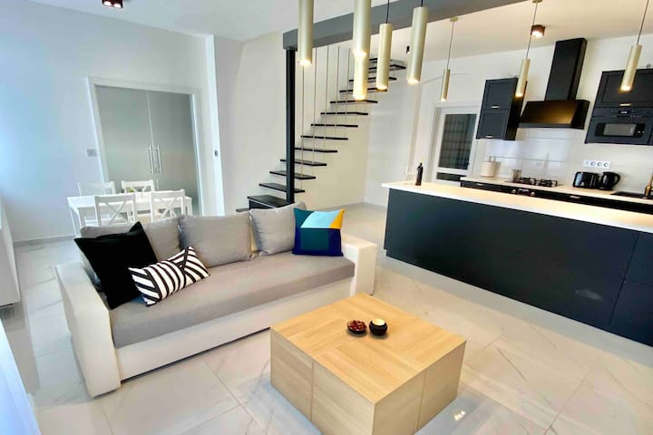 Boutique Apartment with 2 Balconies  & Jacuzzi