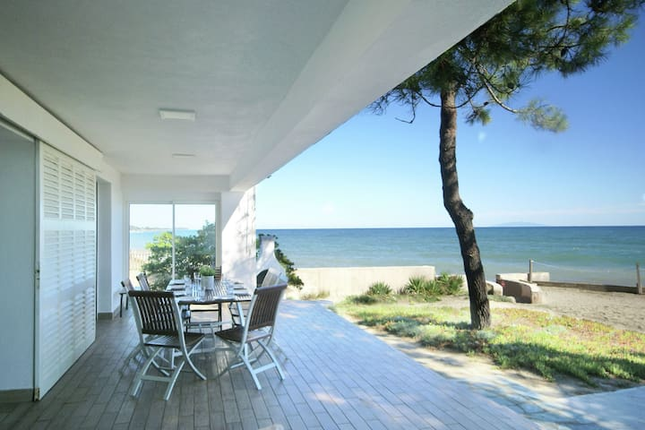 Spaziosa villa indipendente resort sulla Costa Verde, il 30 mtr. dalla spiaggia.