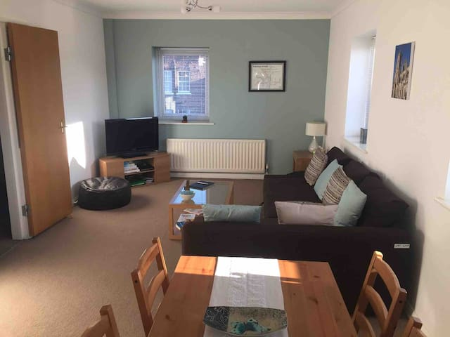 Central location modern 2 bed apartment & parking