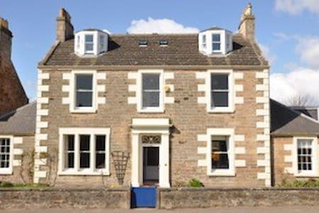 Elmbank House & Garden - sleeps 12 - Villa