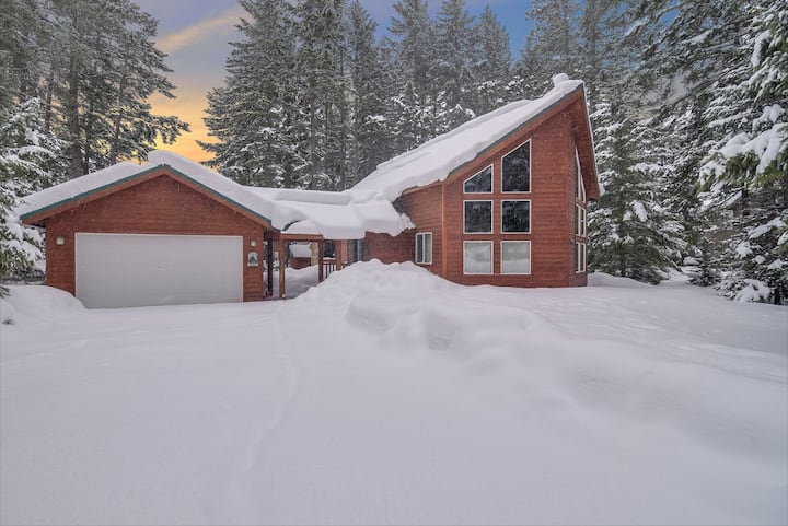 SPECIALS*Beautiful Cabin*Vaulted Ceilings_Covered Deck*Wood Burning Fireplace