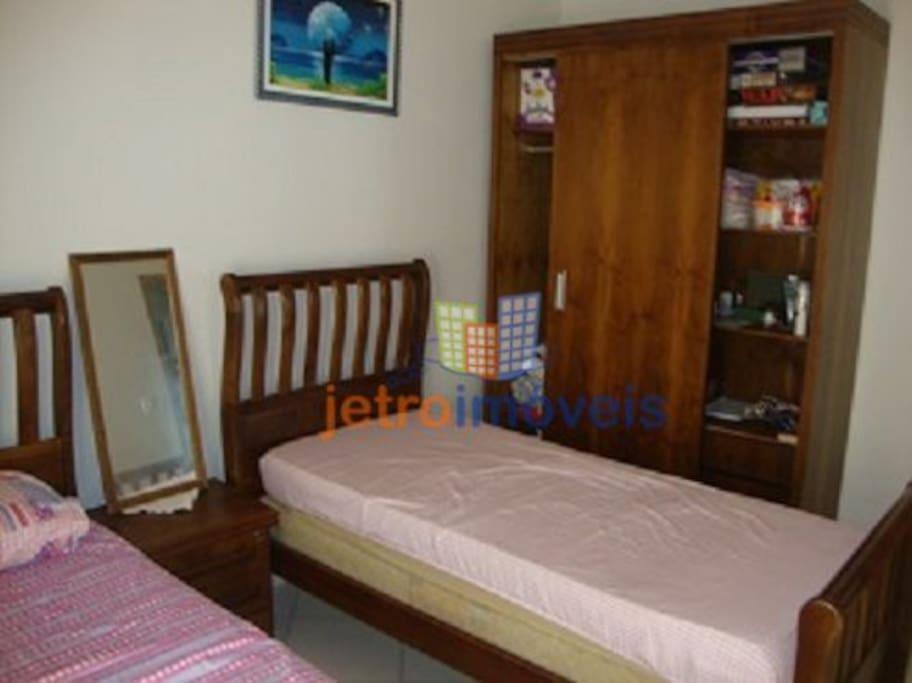 quarto de solteiro acomoda 4