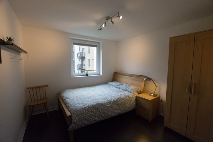 Private double room, bathroom, easy airport access