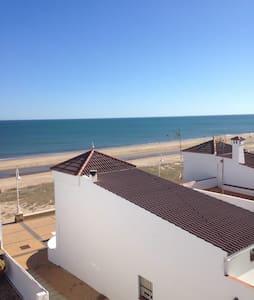 Preciosa casa individual en segunda línea de playa - House