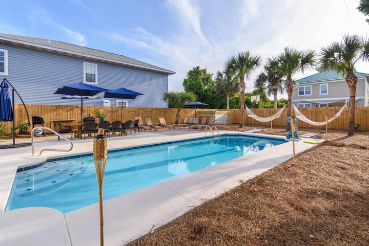 New! *Destin Dolphin* Steps to the beach! Pool