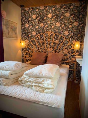 Sovrum på nedervåningen. 140 cm bred säng. I sovrummet finns även en garderob.