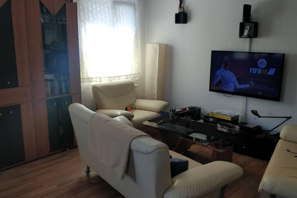 Sitzecke mit Fernseher, xbox und WLAN