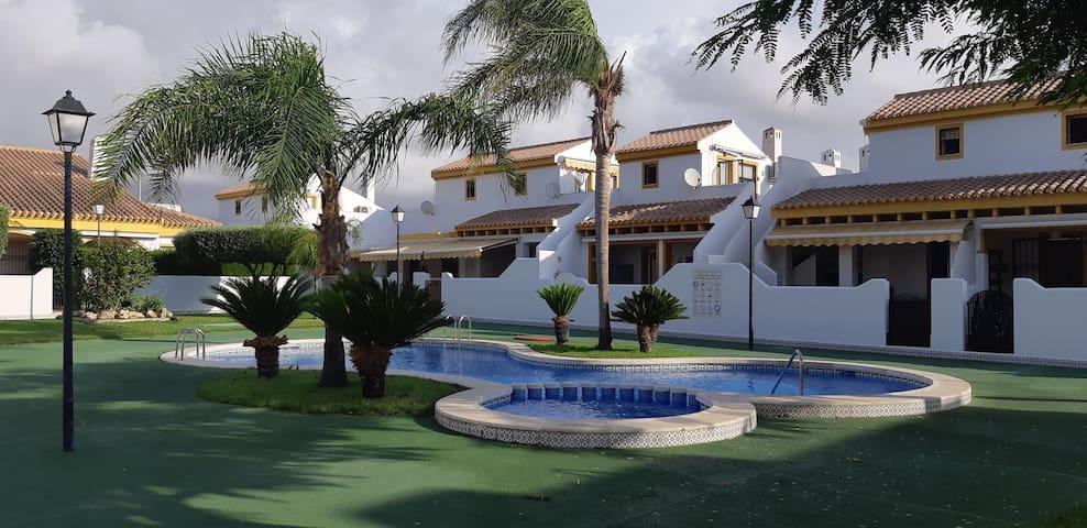 Adosado con piscina muy amplio