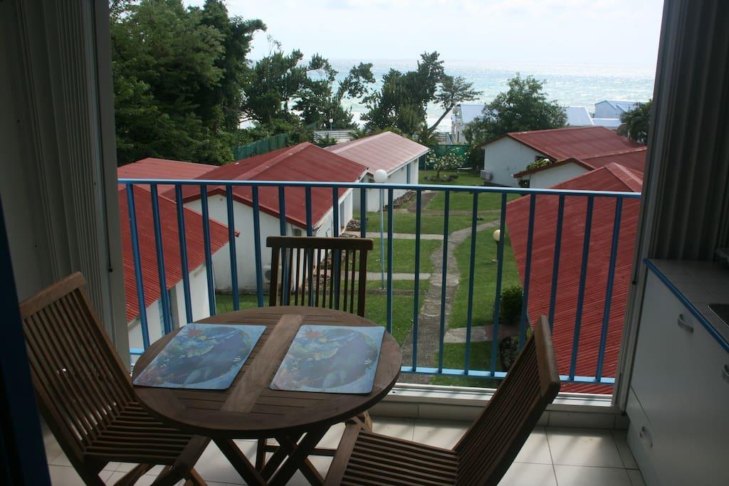 Le coin repas / détente sur la terrasse