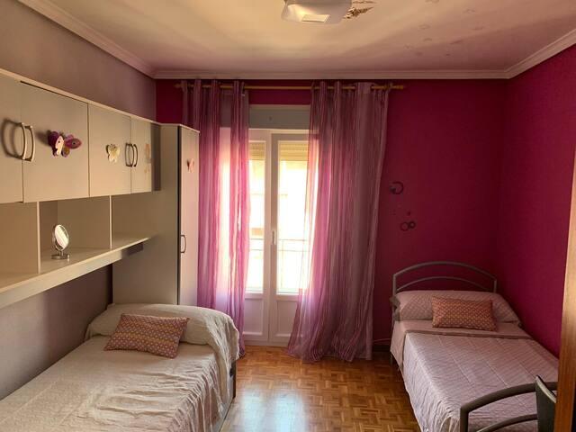 Habitación con cama individual y cama nido