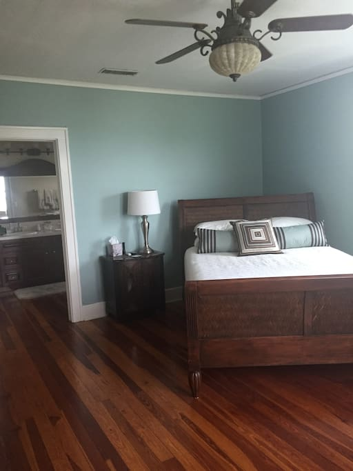 Bedroom1:  Direct riverfront view, Queen bed, firm mattress, attached bath with jacuzzi tub double sinks,TV