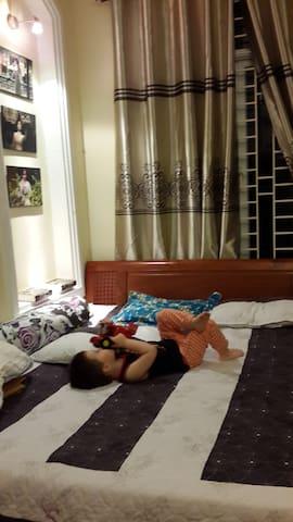 King size bed. Now no kids living in the house. Giường 1.8m x 2m. Giờ không có trẻ con ở đó.