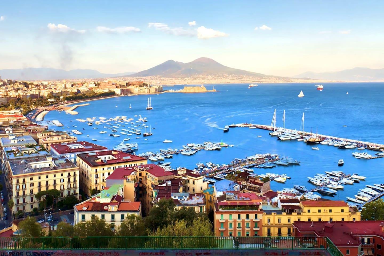 vesuvio, situato nel territorio di Ercolano visto da Napoli
