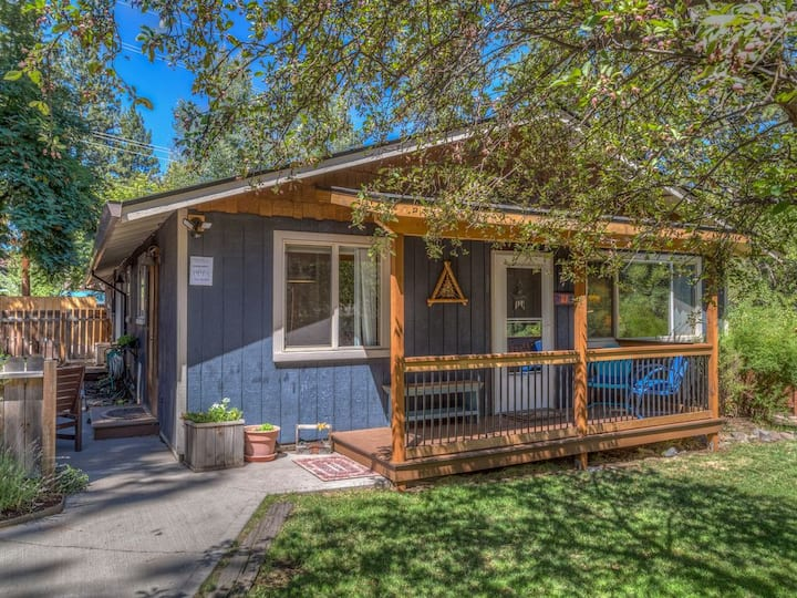 Updated Downtown Cottage*Walk Everywhere*Hot Tub*Loads of Outdoor Living