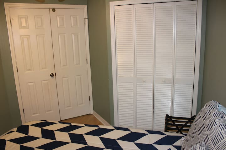 Queen bed, closet, ceiling fan, TV with Netflix & Amazon Prime!