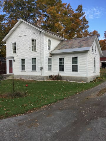 Country Farmhouse in Quaint Village - Middletown Springs