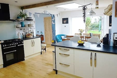 Lovely, family friendly bungalow near Porth Beach. - Newquay