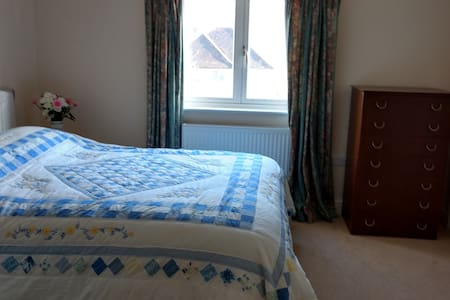 Double room with en-suite shower, wifi - Westhumble