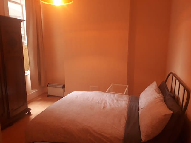 Simple double bedroom, 8min to Clapham South