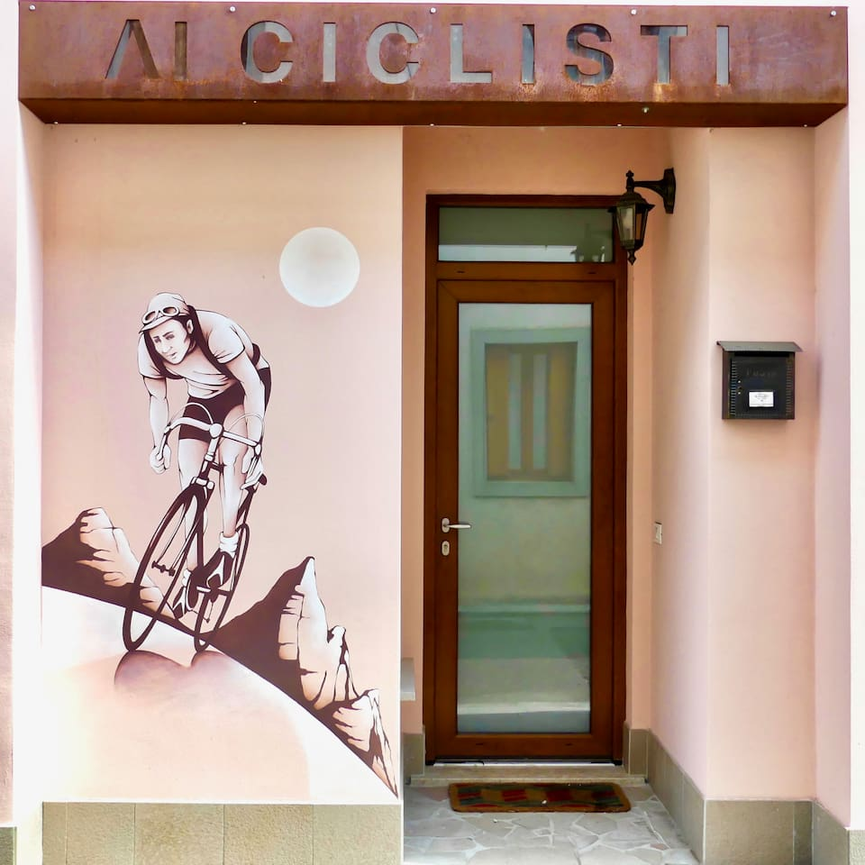 Ingresso con murales dedicato al mondo del ciclismo - Entrance with murals dedicated to the world of cycling