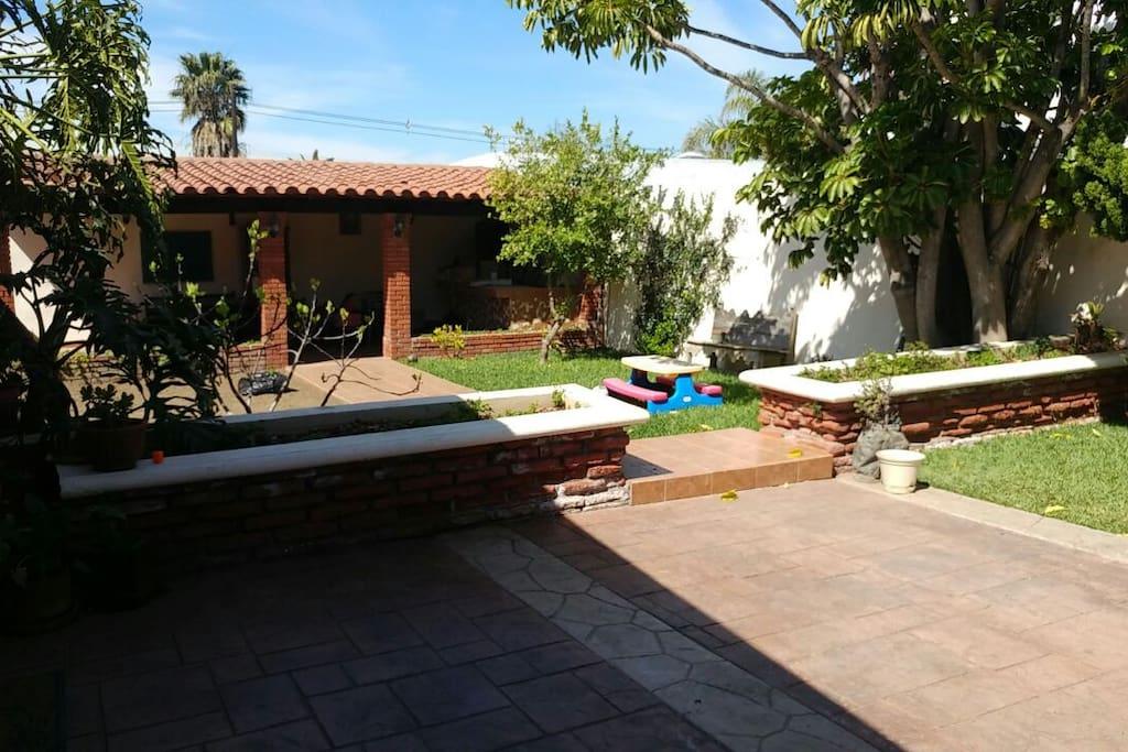 Amplio y confortable jardín para relajarse.
