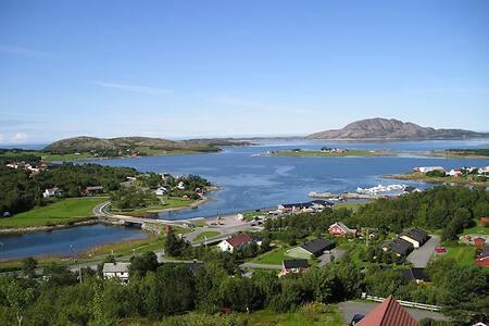Flott enebolig med utsikt mot sjøen og Torghatten.