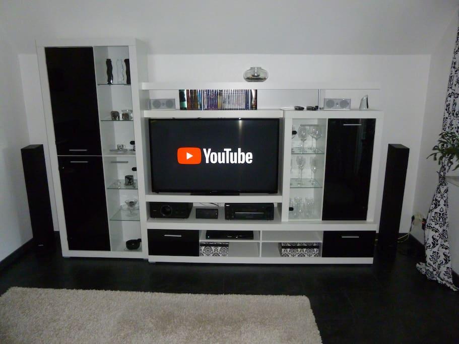 """Schrankwand mit 50 """" Smart TV"""
