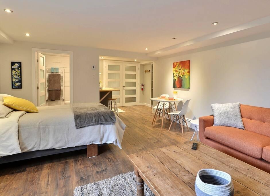 Aire ouverte, salle de bain séparée / Open concept, separate bath room.