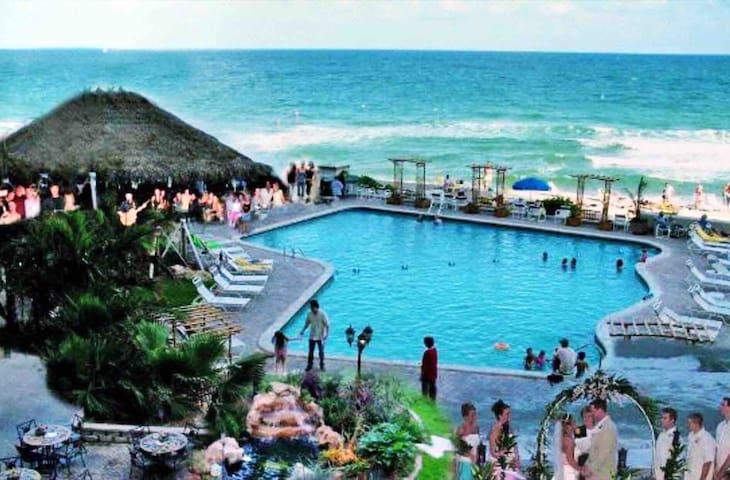 Ocean, pool, restaurants for you
