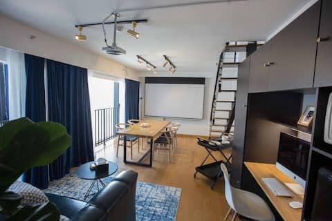 云上|落地窗loft|超大会议桌|投影|商务公寓|近泰华万达银座|栖夕民宿