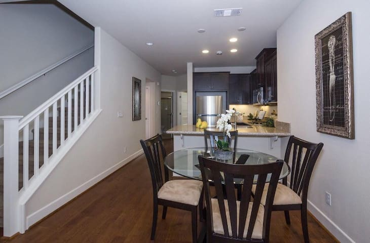 Discount-price 3bd/3br Luxury Townhome-garage&pool