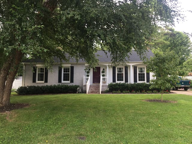 Front Private Bedrooms/Bath Available for Rent - Greensboro - Casa