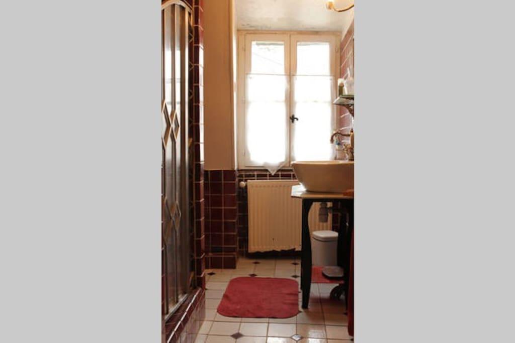 Salle de bains partagée des chambres blanche bleue et framboise