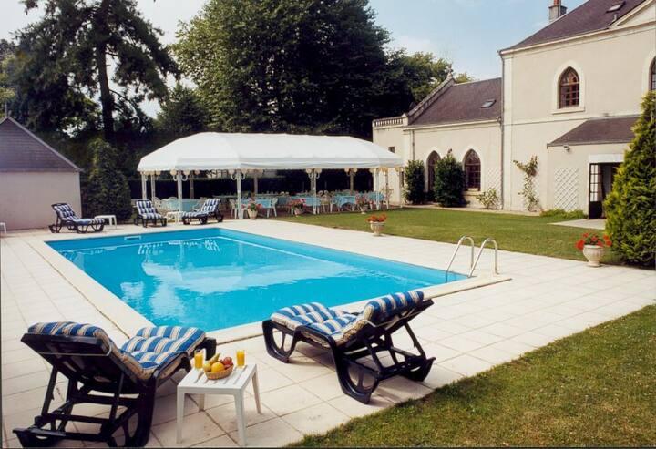 Le Priéuré, piscine, pdj compris, au calme