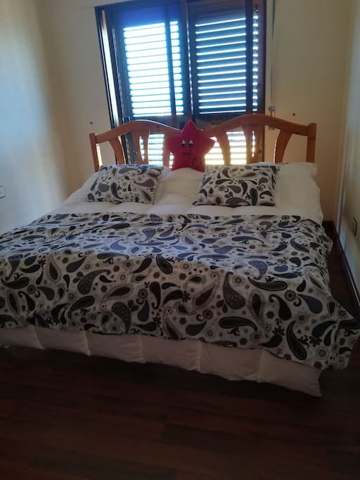 Habitación p dos personas cama super amplia k puerta de acceso a la terraza y edredón nórdico con funda.